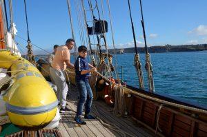 Jeunes du centre de formation Don Bosco à bord de La Recouvrance © Don Bosco